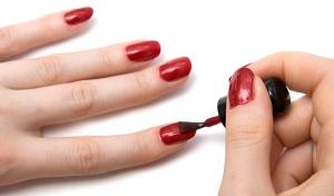 ¿Qué contienen los esmaltes de uñas?
